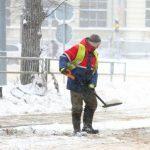 Январь, метель… : кто уберет снег во дворе?